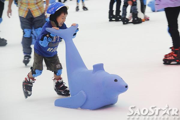 Đây là hệ thống sân băng đầu tiên tại Sài Gòn có quy mô lớn nhất dành những những khách hàng thích trải nghiệm trượt băng.