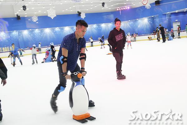 Nhiều bạn trẻ thích thú trượt trên mặt sàn băng với sự hỗ trợ của chú chim cánh cụt, hải cẩu ngộ nghĩnh.
