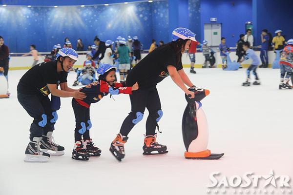 """Thỏa thích tạo dáng trượt cùng gia đình, bạn bè. """"Tôi thấy sân băng này rất giống như ở nước ngoài, nhìn đẹp và hiện đại nữa. Mặc dù đã biết trượt patin thành thạo rồi như tôi cũng bị té nhiều lần vì chưa quen với sàn băng"""", Minh Nhật (sinh viên trường ĐH Giao Thông Vận Tải) chia sẻ."""