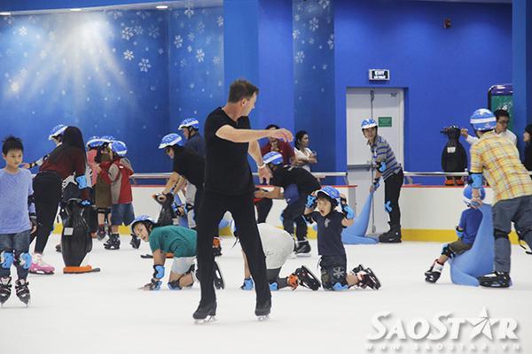 Sân băng thu hút rất đông khách nước ngoài ghé đến, nhiều người còn thích thú trượt băng nghệ thuật điêu luyện.