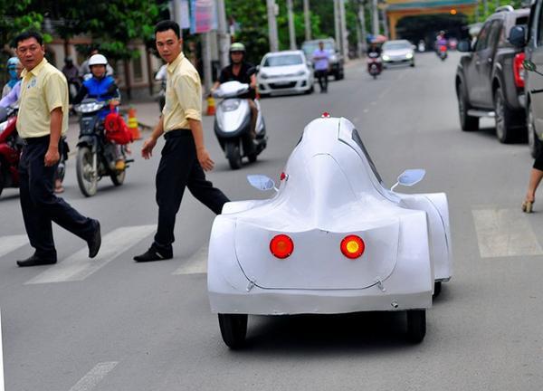 """Phương tiện này có hình dáng lạ khiến nhiều người tò mò. Sinh viên Nguyễn Thành Trung cho biết: """"Mơ ước lớn nhất của nhóm là chiếc xe thành công và có thể ứng dụng rộng rãi trong cuộc sống. Nó sẽ giúp chúng ta tiết kiệm tiền bạc và hạn chế nguồn khí thải gây ô nhiễm môi trường""""."""