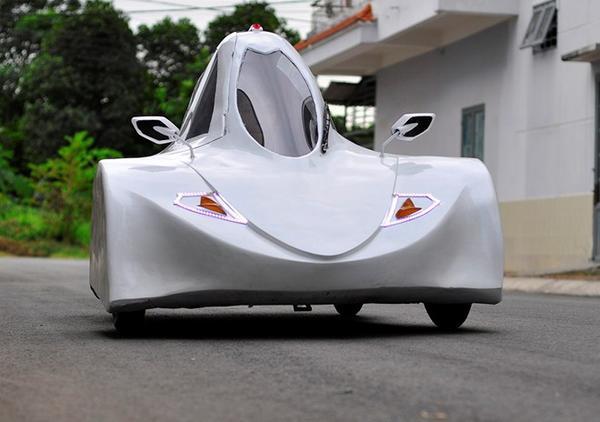 Xe sử dụng nhiên liệu cồn chạy trên đường.