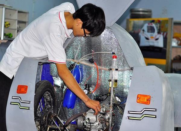 Cùng với chế tạo xe chạy nhiên liệu cồn, nhóm sinh viên cũng đang hoàn tất chiếc xe chạy bằng xăng. Theo thiết kế, xe này sử dụng 1 lít xăng sẽ chạy được 150 km với tốc độ khoảng 50 km/h.