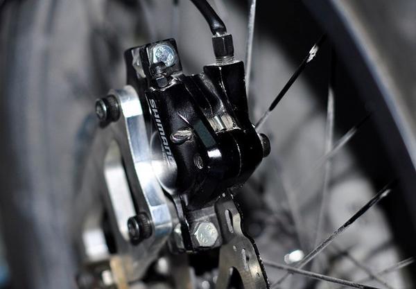 Bốn bánh xe được lắp ráp 4 cụm phanh dầu.