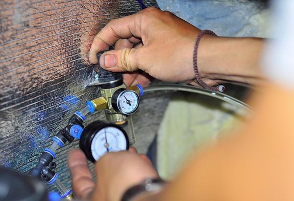 Trong buồng máy của chiếc xe có hệ thống đồng hồ đo áp suất khí.
