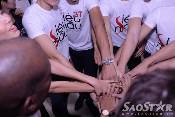 Các thí sinh đã hoàn toàn sẵn sàng tỏa sáng trên sân khấu đêm chung kết Siêu mẫu Việt Nam 2015.