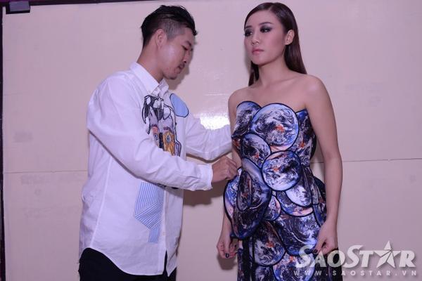 NTK Võ Công Khanh chỉnh lại trang phục cho phần trình diễn mở màn của Văn Mai Hương.
