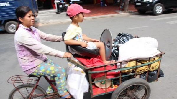 Mẹ luôn dành cho con chỗ ngồi tốt nhất (hai mẹ con đi mua ve chai trên đường Tôn Thất Thiệp, Q.1)