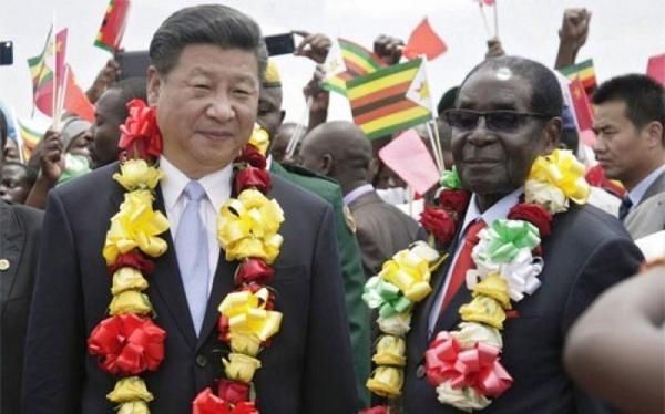 Chủ tịch Trung Quốc Tập Cận Bình (trái) và Tổng thống Zimbabwe Robert Mugabe trong chuyến thăm Zimbabwe của ông Tập tháng 11/2015.