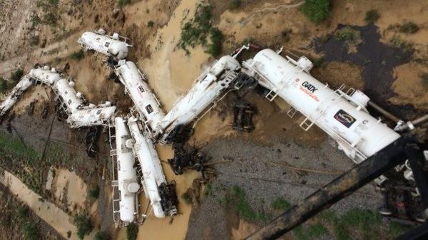 Các toa tàu nằm ngổn ngang. Ảnh: Queensland Police