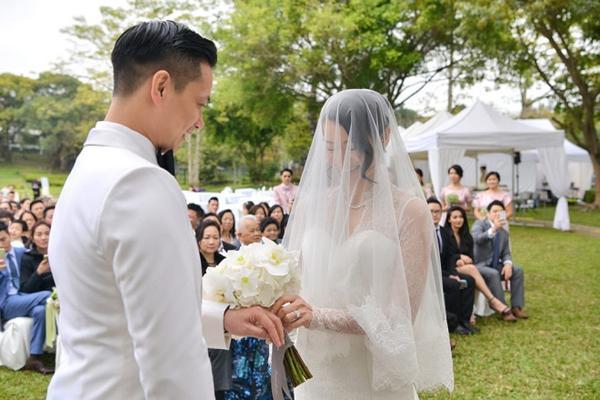 Chú rể đón cô dâu và họ trao nhau lời thề nguyền trăm năm hạnh phúc.