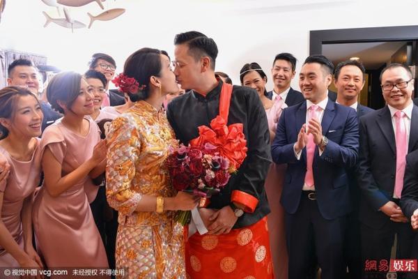 Trước đó, vào sáng 28/12, cặp đôi tổ chức lễ rước dâu theo nghi thức truyền thống. Chú rể Lee hôn cô dâu trước sự chứng kiến của hai bên gia đình.