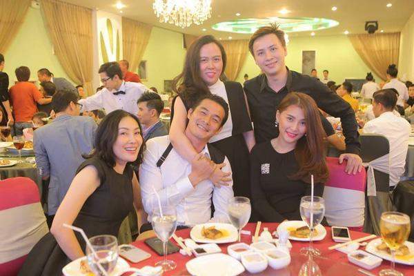 Phượng Chanel và Quách Ngọc Ngoan tình tứ tại đám cưới Quang Hòa.