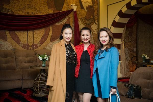 Đan Lê tranh thủ lưu lại khoảnh khắc đáng nhớ cùng diễn viên Diệu Hương (giữa) và MC Hồng Diễm.