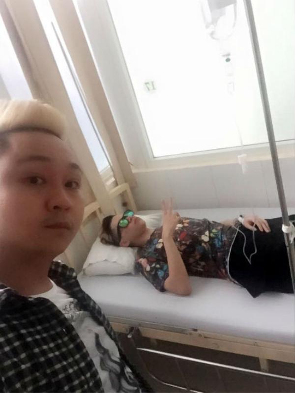 """Một bức ảnh khác được  một người bạn của Hoàng Tôn và Thanh Duy  đăng tải. Trong ảnh, cựu thí sinh Giọng hát Việt nằm trên giường bệnh nhưng đã khỏe và tạo dạng """"xì-tin""""."""
