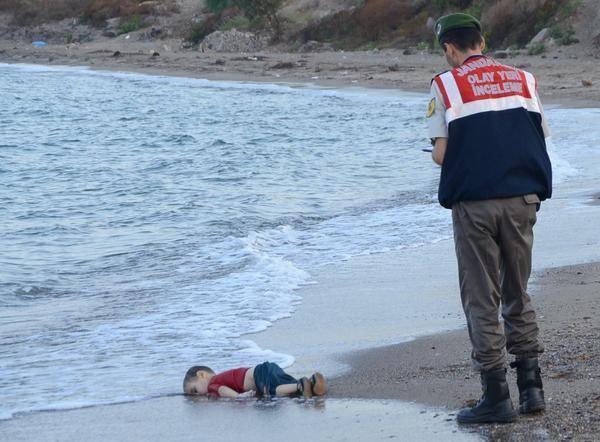 Bức ảnh em bé Aylan Kurdi trên bờ biển Thổ Nhĩ Kỳ gây chấn động thế giới.