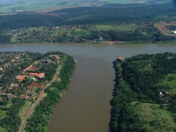 Đây không phải là con sông bình thường mà lại là biên giới tự nhiên độc đáo giữa ba nước: Argentina (bên trái) — Brazil (bên phải) — Paraguay (chính giữa).