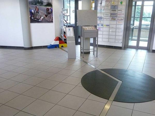 """Đường biên giới Đức và Hà Lan lại chỉ là nét vạch bằng kim loại trong trung tâm thương mại Eurode. Cho dù hộp thư nằm ngay tại vị trí """"đắc địa"""" như thế này nhưng phải mất một tuần phía bên kia mới nhận được thư."""
