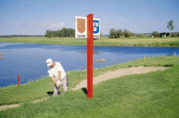 Bạn thậm chí còn có thể chơi golf ngay tại cột mốc biên giới Phần Lan - Thụy Điển.