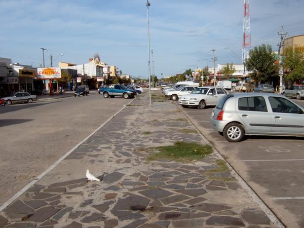 Brazil và Uruguay chỉ cách nhau một vỉa hè như thế này thôi: ngay phía tay trái là Brazil, còn phía tay phải là Uruguay.
