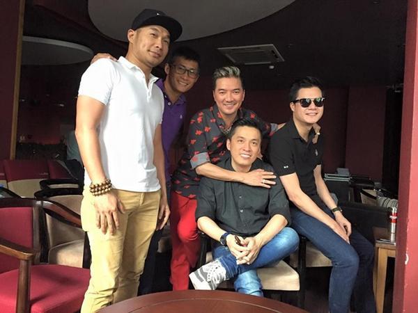 Đàm Vĩnh Hưng chụp ảnh lưu niệm cùng Lam Trường, Quang Dũng và hai thành viên của nhóm MTV.