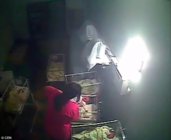 CCTV tại bệnh viên quay lại cảnh nữ hộ sinh này hành hung đứa bé