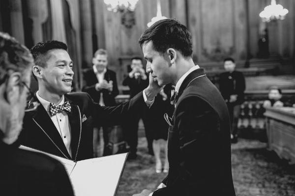 NTK Adrian Anh Tuấn lau nước mắt cho Sơn Đoàn khi anh bật khóc.