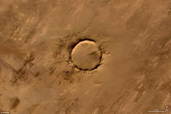 Thiên thạch Tenoumer tạo hình chữ O tại miệng núi lửa ở Mauritania.