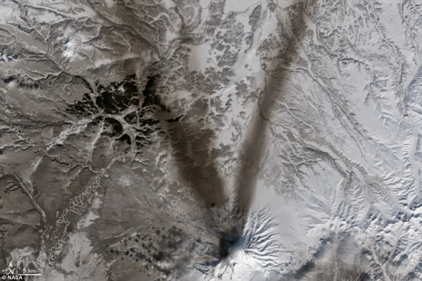 Tro và tuyết tạo hình chữ V trên núi lửa Shiveluch - một trong những núi lửa lớn nhất và hoạt động mạnh nhất trên bán đảo Kamchatka của Nga.