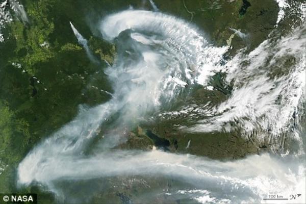 Khói cháy tại cánh rừng ở Canada có hình giống chữ Z.