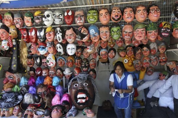 Những mặt nạ đủ hình thù là món hàng được ưa chuộng của người dân Ecuador đêm giao thừa.