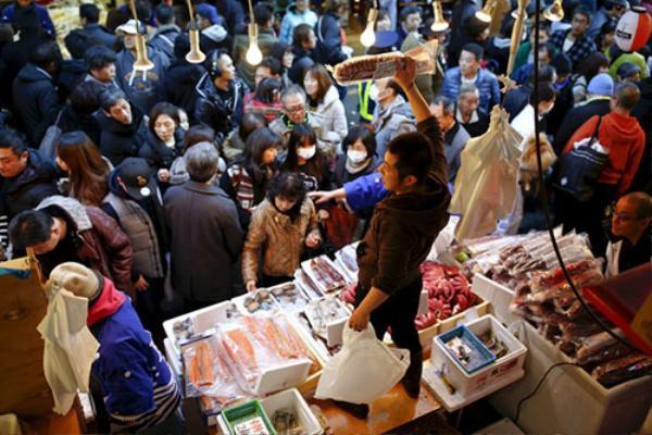 Trong khi đó, ngoài các khu chợ Tokyo, người người cũng chen chân nhau mua sắm thực phẩm và hàng hóa cho kỳ nghỉ lễ.