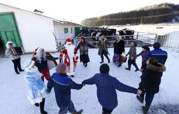 Những người hóa trang thành các nhân vật cổ tích múa hát cùng các công nhân trong tiệc mừng năm mới tại một trang trại nhà nước ở làng Staraelnya, Belarus.