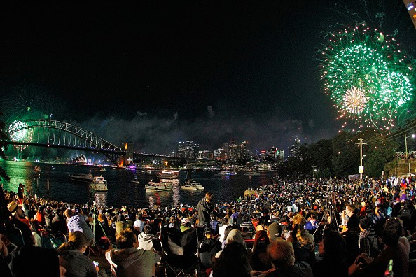 Pháo hoa rực rỡ trên bầu trời Australia. Hàng nghìn người tập trung ở những địa điểm thoáng đãng ở cảng Sydney để chứng kiến những màn pháo hoa ngoạn mục. Australia đón năm mới trước Việt Nam 4 tiếng. Ảnh: Getty
