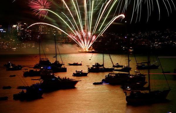 Du thuyền xếp hàng trên mặt biển để theo dõi các màn trình diễn pháo hoa. Ảnh: Reuters