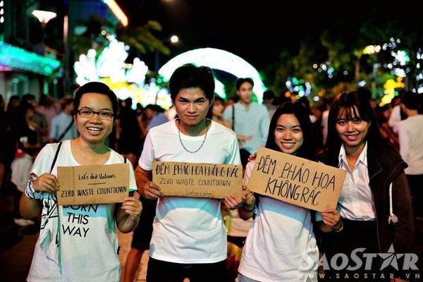 Nhiều bạn trẻ đi dọc khu vực xung quanh để tuyên truyền mọi người không vứt rác bừa bãi.