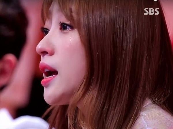 Những lời chia sẻ chân thành của Hani trong chương trình Same Bed Different Dream đã lay động rất nhiều khán giả. Cô thay người mẹ khuyên bảo cô con gái không nên phẫu thuật thẩm mỹ. Nghĩ đến quá khứ từng phải chịu nhiều sự chỉ trích về ngoại hình khiến Hani rớt nước mắt