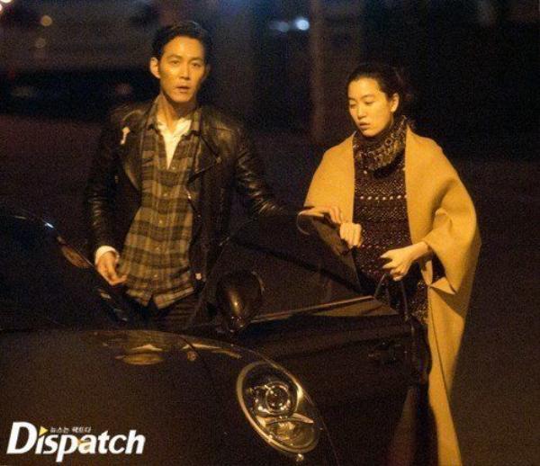 Sau khi công khai chuyện tình, tài tử Siêu trộm và bạn gái doanh nhân hạn chế tối đa xuất hiện trước công chúng. Ở tuổi 43, Lee Jung Jae vẫn chưa tính đến chuyện kết hôn.