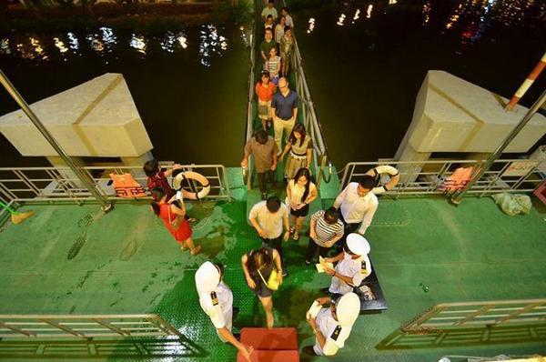 Du khách tập trung tại cầu cảng KDL Tân Cảng để lên du thuyền.