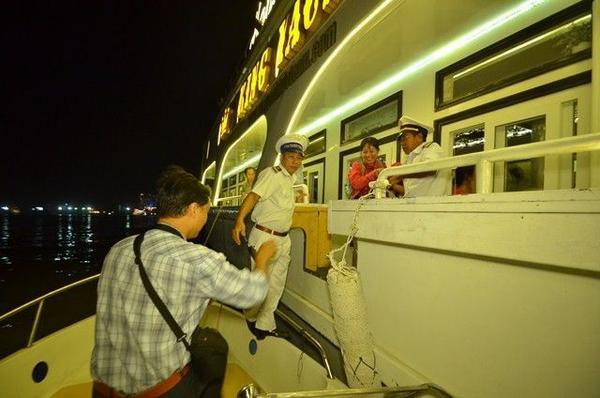 Du khách lên du thuyền bằng ca nô.