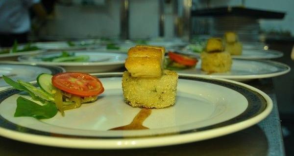 Món Việt được bày trí theo phong cách Âu nhìn rất bắt mắt. Theo đầu bếp thì nguyên liệu chế biến món ăn sử dụng trong ngày, không ướp lạnh thức ăn do lượng được số lượng du khách.