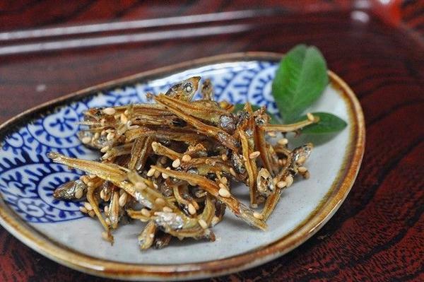 Tazukuri: Cá mòi khô được nấu cùng xì dầu tạo ra hương vị hấp dẫn. Loại cá này từng được dùng để bón ruộng lúa. Chúng tượng trưng cho một mùa màng bội thu. Ảnh: Recetasjaponesas.