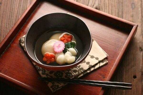Zōni: Món súp với bánh mochi này có nước dùng trong ở miền Đông và nước dùng mì miso ở miền Tây. Đây được coi là món truyền thống nhất trong osechi. Ảnh: Mygazeta.