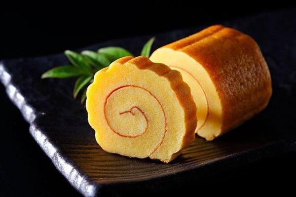 Datemaki: Món trứng cuộn ngọt ngào này thường được cho thêm cá xay hoặc tôm bằm, tượng trưng cho ý muốn có nhiều ngày lễ tốt lành. Vào ngày lễ, người Nhật thường mặc trang phục truyền thống. Ảnh: Tsunagujapan.