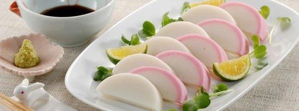 Kamaboko: Bánh cá nướng truyền thống gồm các miếng màu hồng và trắng được sắp xếp theo hình nhất định. Màu sắc và hình dạng của chúng mô phỏng hình ảnh mặt trời mọc, tượng trưng cho nước Nhật. Ảnh: Ichimasa.