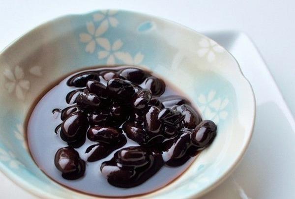 """Kuro-mame: Mame có nghĩa là """"sức khỏe"""". Do đó, món đậu đen ngọt ngào này thể hiện ước muốn có sức khỏe dồi dào trong năm mới. Ảnh: Odigo."""