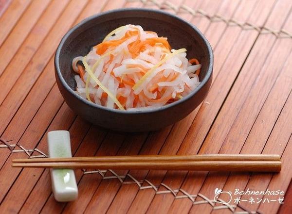 Kohaku-namasu: Món dưa góp được làm từ củ cải và cà rốt trộn dấm ngọt này có màu đỏ trắng bắt mắt, hai màu tượng trưng cho sự ăn mừng. Ảnh: Bohnenhase/Blogspot.