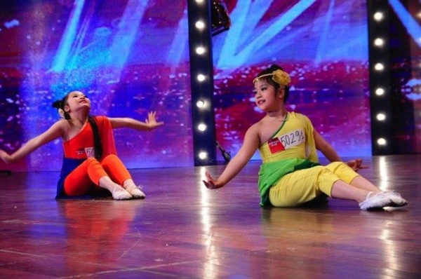 Hai cô bé Hà Bảo Anh và Nguyễn Mỹ Anh đến từ Hà Nội là cái tên đầu tiên sẽ có mặt trong vòng bán kết trong thời gian tới nhờ nút vàng quyền lực của giám khảo Chí Trung.