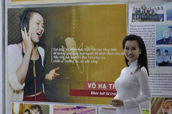 Ngày 1/1, tại Nhà Văn hóa Thanh Niên TP HCM, buổi tuyên dương và khen thưởng 6 công dân trẻ tiêu biểu của thành phố năm 2015 đã diễn ra. Ở lĩnh vực giải trí, ca sĩ Võ Hạ Trâm được vinh danh vì có nhiều đóng góp cho phong trào âm nhạc nơi đây.