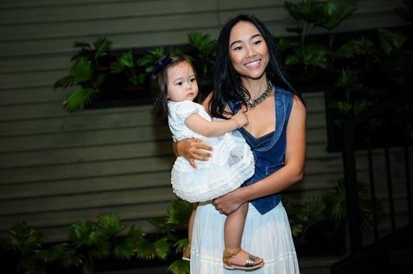 Đoan Trang bế con gái tham dự buổi họp báo Bước nhảy hoàn vũ nhí.